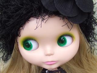 обои Зеленоглазая куколка в черной лохматой шляпке фото