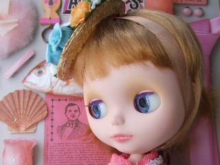 обои Одинокая куколка в соломенной шляпке фото