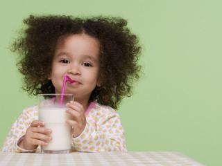 обои Девочка с молоком фото