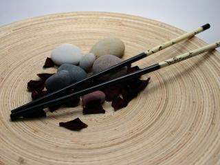обои Японская атрибутика. Спицы и камушки на лепестках роз фото