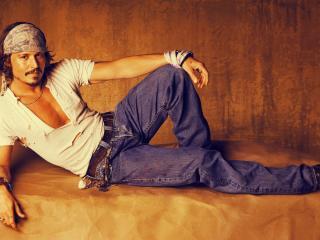 обои Johnny Depp в рваной майке и бандане фото