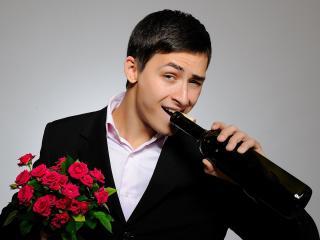 обои Парень с букетом и бутылкой вина фото