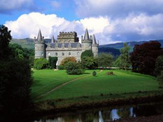 обои Замок с четырьмя башнями в горах фото
