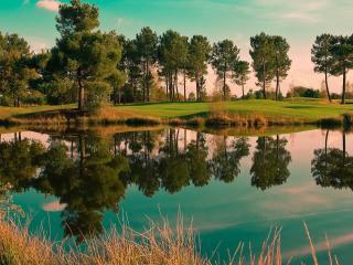 обои для рабочего стола: Чистое прозрачное озеро у зеленых берегов на закате
