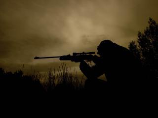 обои Силуэт снайпера в ночи фото