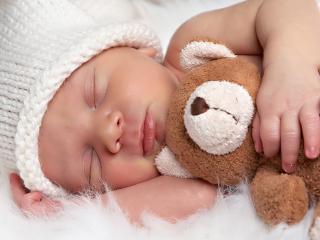 обои Младенец в белой шапочке фото