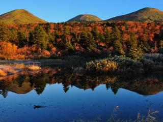 обои Пруд у холмов. Теплая осень фото