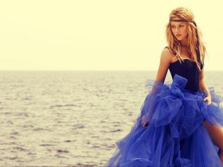 обои Shakira в голубом платье у воды фото