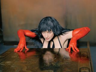 обои Мадонна в красных перчатках фото