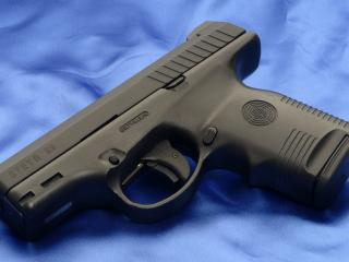 обои Steyr s9,   пистолет на голубом шелке фото
