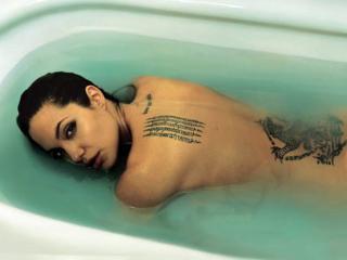 обои Анжелина Джоли лежит в ванной фото