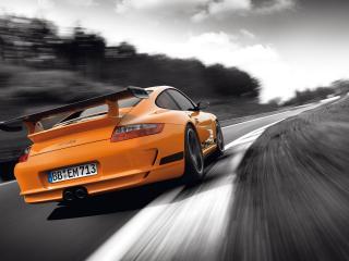 обои Оранжевый Porsche GT3 RS на черно-белой дороге фото