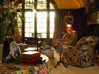 обои Уютная библиотека с мягкой мебелью фото