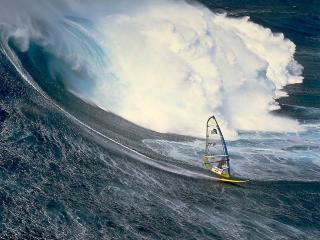 обои Спортсмен уходит на серфе от гигантской волны фото