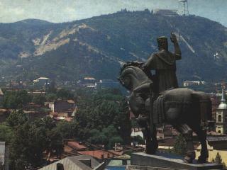 обои Памятник на фоне горы фото