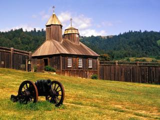 обои Деревянный дом с пушкой на лугу фото