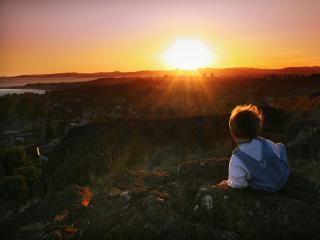 обои Ребёнок встречает рассвет фото