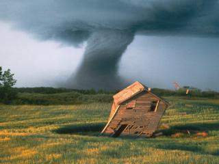 обои Торнадо сдувает домик фото