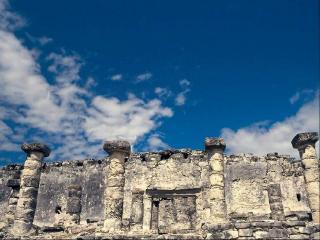обои Развалины древнего города под синим небом фото
