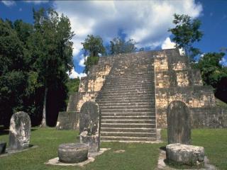 обои Каменная лестница и три постамента фото