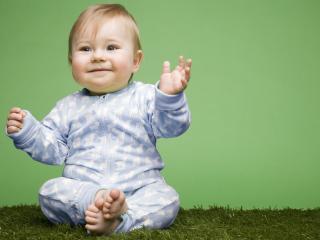 обои Ребенок на траве фото