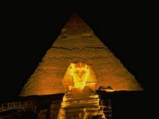 обои Египетский сфинкс светится в ночи фото