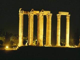 обои Древнеримские колонны освещаются среди ночи фото