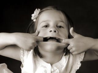 обои Девочка растянула рот фото