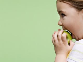 обои Кушает яблоко фото
