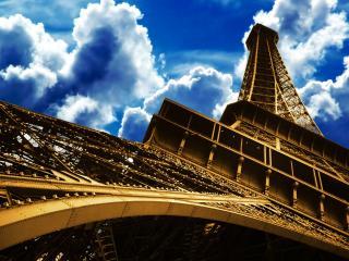 обои Эйфелева башня под тучами вид снизу фото