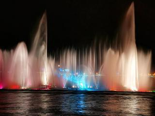 обои для рабочего стола: Красивый цветной фонтан на воде