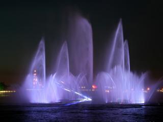 обои для рабочего стола: Плавучий цветной фонтан в Петербурге