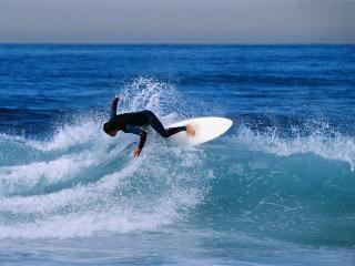 обои Серфенгист теряет равновесие на гребне волны фото