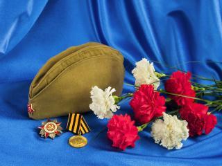 обои Цветы и награды на синем покрывале фото