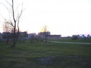 обои Вечерний Саласпилс,  вдали недавно отстроенный стадион фото