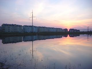 обои Весенний закат над прудом, город  Саласпилс, Латвия фото