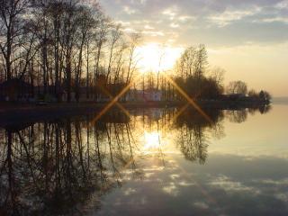 обои Воткинский пруд у музея П. И. Чайковского весной фото