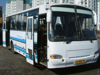обои Белый автобус с открытыми дверьми фото