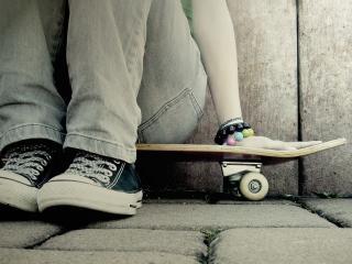 обои Девушка сидя на скейтборде фото