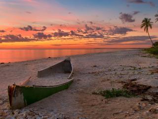 обои Старая лодка на тропическом берегу фото