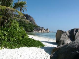 обои Большие камни на пляже фото