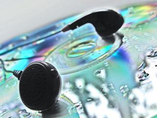 обои Наушники на диске в каплях воды фото