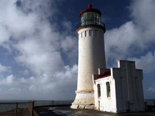 обои Белый маяк с пристройкой фото