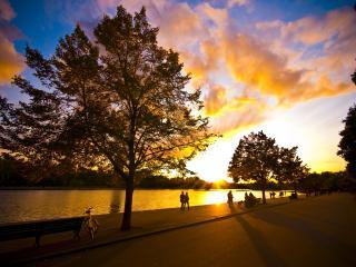обои Дорожка вдоль берега и прекрасный закат фото