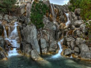 обои Каменные скалы с водопадами фото
