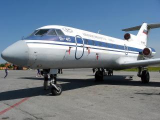 обои ЯК-40 на аэродроме фото