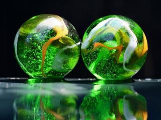 обои Два стеклянных шара с зеленью внутри фото