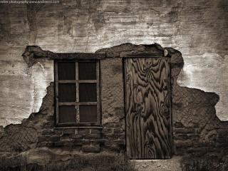 обои для рабочего стола: Окно и дверь в обшарпанном доме