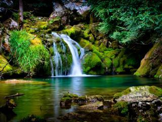 обои Живописный уголок природы с водопадом фото