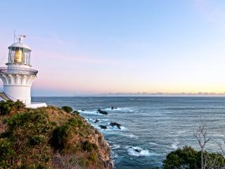 обои Белый маяк на скале на берегу фото